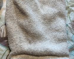 Vitgrå lättfodrad fleeceoverall med Babar från Kappahl stl 68