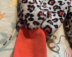 Leopardmönstrad i grått, svart och mörkrosa, pilefodrad fleeceoverall med rosa detaljer och ett kattansikte med 3d öron på huvan från Me Too stl 50