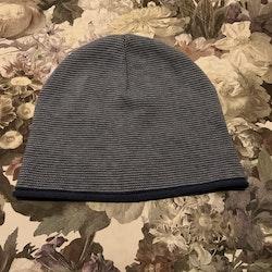Gråblå och vit randig stickad mössa från Pop stl 48/50
