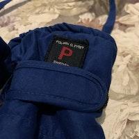 Blå ihopsatta fleecefodrade tumvantar från PoP stl 6-12 mån