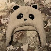 Fluffig fleecefodrad pandamössa från Kuling stl 1-2 år