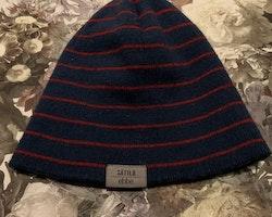 Blå och röd randig stickad mössa i ullmix från Sätila stl 1-2 år