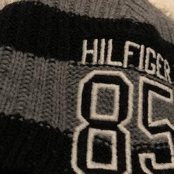 Grå och svart stickad mössa med broderi från Tommy Hilfiger stl 50/52