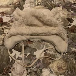 Vit fleecefodrad mössa med öron i pile från HM stl 74