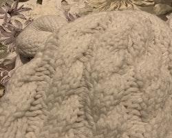 Vit fleecefodrad stickad mössa med öron stl 0-2 mån