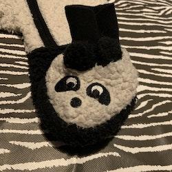Svartvit fluffig panda overall med matchade tossor från My wear stl 62
