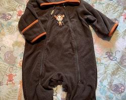 Mörkbrun fleeceoverall med orangea detaljer, ögon på huvan och broderad Tigger från Disney & HM stl 56