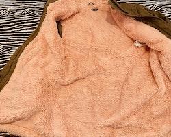 Khakigrön parkas med fluffigt aprikost foder från Sisley stl 150