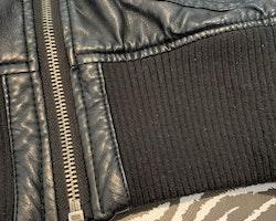 Svart fuskläder jacka med stickade delar från Kappahl stl 164