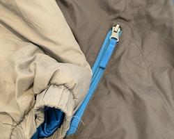 Ljus- och mörkgrå lättfodrad jacka med blå detaljer och foder från Wed'ze stl 10 år (140)