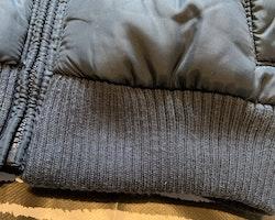 Mörkblå höst-/vinterjacka med avtagbar huva från Tommy Hilfiger stl 9-12 mån