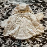 Vit fluffig tröja/jacka i pile med öronprydd huva från Lindex stl 68