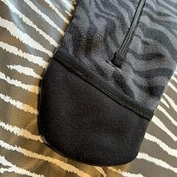 Mörkgrå och svart zebrarandig fleeceoverall från Kaxs stl 62