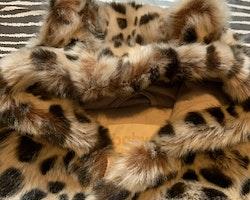 Beige och brun leopardfläckig fuskpälsoverall med öronprydd huva från Lindex stl 56