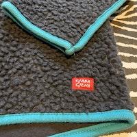Mörkgrå fleecetröja/Jacka med turkosa detaljer från Tjaba Tjena stl 86/92