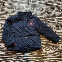 Mörkblå lättfodrad quiltad jacka med rosa broderi från Hampton Republic stl 92