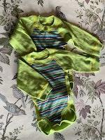 Grön ullbody med färgglatt randig framsida från Janus stl 60