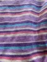 Ljuslila ullbody med ränder i lila, vitt, ljusblått och rosa från Pierre Robert stl 62/68