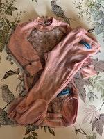 Ljusrosa ullbody med ljusgrått mönster och matchande helrosa byxor med fot från Iris Sport stl 70