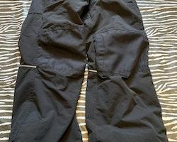 Svarta skalbyxor från Everest stl 128