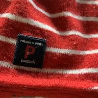 Röd och vit randig fleecefodrad ullmössa med reflexrand från PoP stl 52/54