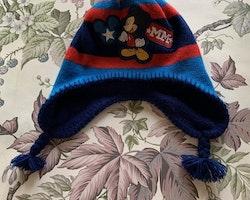 Blå, röd och mörkblå stickad och fleecefodrad mössa och tumvantar med Musse Pigg  från Disney Store stl 50 cm & 2-3 år