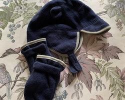 Mörkblå öronprydd fleecemössa med ljusgrå kantband, rött foder och matchande tumvantar från Baby Gap stl 51 & 18-24 mån