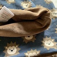 Mörkgrå bomullsmössa med igelkottsmönster och matchande tubhalsduk från Maxomorra stl 48/50 & 98/140