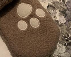 Ljusbruna vantar i pile med off-white tassavtryck från Åhléns stl 7-12 mån