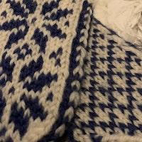 Blå och vita mönsterstickade vantar i ullmix stl 2-4 år
