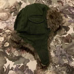 Grön vintermössa fodrad med viltfärgad fuskpäls från Elodie Details stl 0-6 mån