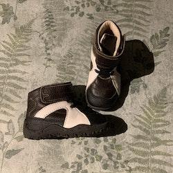 Svart, mörkbrun och vit känga i läder från Vincent stl 20
