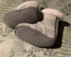 Vit och ljusgrå mönstrade fleecefodrade stickade tossor med halkskydd från HM stl 20/21