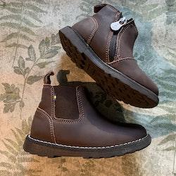 Mörkbruna chelsea boots i läder av modellen Nymölla XC från Kavat stl 25