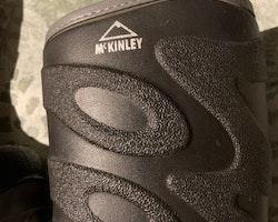Svarta allväderstövlar i modellen Stavanger från McKinley stl 25