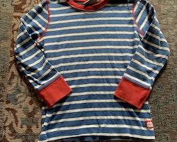 4 delat paket med två randiga tröjor i vitt, blått, rött och svart samt två byxor i rött resp svart från Kaxs stl 98, 98/104 & 104