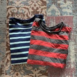 En mörkgrå- och rödrandig och en mörkblå- och ljusblårandig tröja från HM stl 98/104