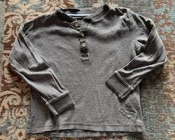 En grön- och mörkblårandig och en mörkgrå- och vitrandig tröja med farfarsknäppning från HM stl 98/104