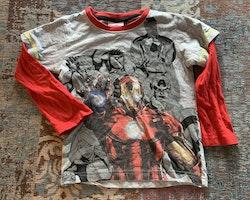 En långärmad tröja med Marvel Avengers och en kortärmad med Marvel Heroes från Marvel stl 98/104 & 104