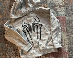 4 delat Spindelmannen paket med ett par jeans, två collegetröjor varav en med dragkedja och en tröja 98, 98/104 & 104
