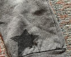 Mörkgrå collegebyxor med svarta stjärnor från Lindex stl 98