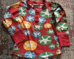 Röd tröja med mönster i blått, grönt, gult och vitt samt farfarsknäppning från Kaxs stl 98/104