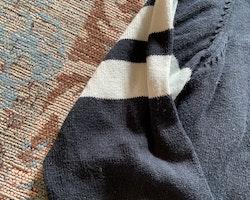 Mörkblå och vit stickad kofta från Pomp de Lux stl 104