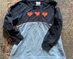 Mörkblå och blå tröja med röda hjärtan från Lingon & Blåbär stl 100