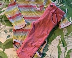 Flerfärgad randig body med en äppleapplikation samt ett par rosa jeggings från HM resp. Kappahl stl 74