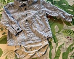 Skjortbody i vitt och ljusblått med mörkblått diskret mönster och detaljer samt byxor i mörkblått och vitt från Name it stl 74