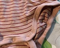 Rosa body med vinröda ränder och en liten ficka med en tryckt grå kanin samt ett par grå leggings från Lindex stl 74