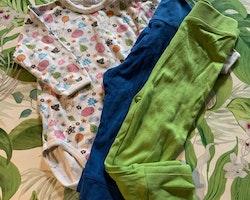 3 delat paket med en vit body med färgglatt Tummen mönster och två par byxor i grönt resp blått stl 74/80