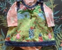 Rosa omlottbody med vita katter och en hängselklänning med denimdetaljer och färgglatt natur- och djurmönster från PoP stl 62