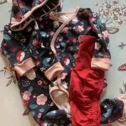 3 delat paket med röda leggings samt omlottbody och jumpsuit i mörkblått med blommor och djur i rött samt olika rosa och turkosa nyanser från PoP stl 68